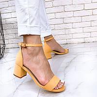 Желтые замшевые босоножки на низком квадратном каблуке OB4125