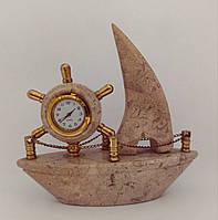 Фигурка Парусник часы настольные  из песочной яшмы