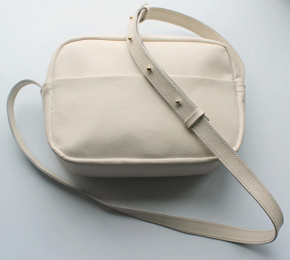 """Женская небольшая кожаная сумка """"Quarzo""""  бежевая"""