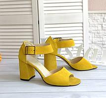 Желтые замшевые босоножки на каблуке