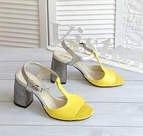 Комбинированные стильные босоножки на каблуке