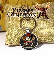 Брелок Пираты Карибского моря/Pirates of the Caribbean с черепом на чёрном фоне