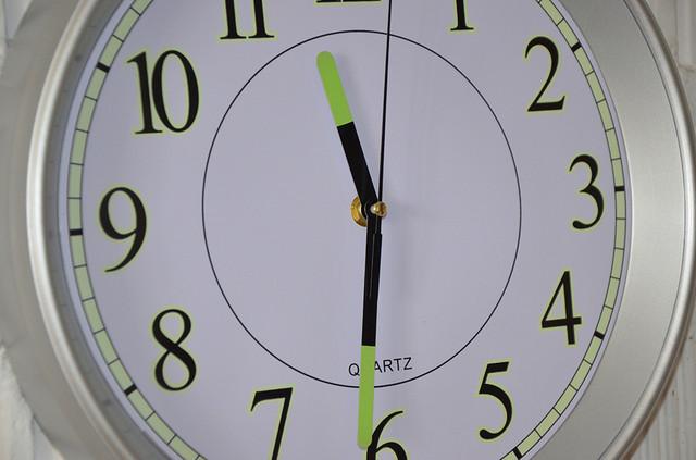 Настенные часы светящиеся в темноте (фото)