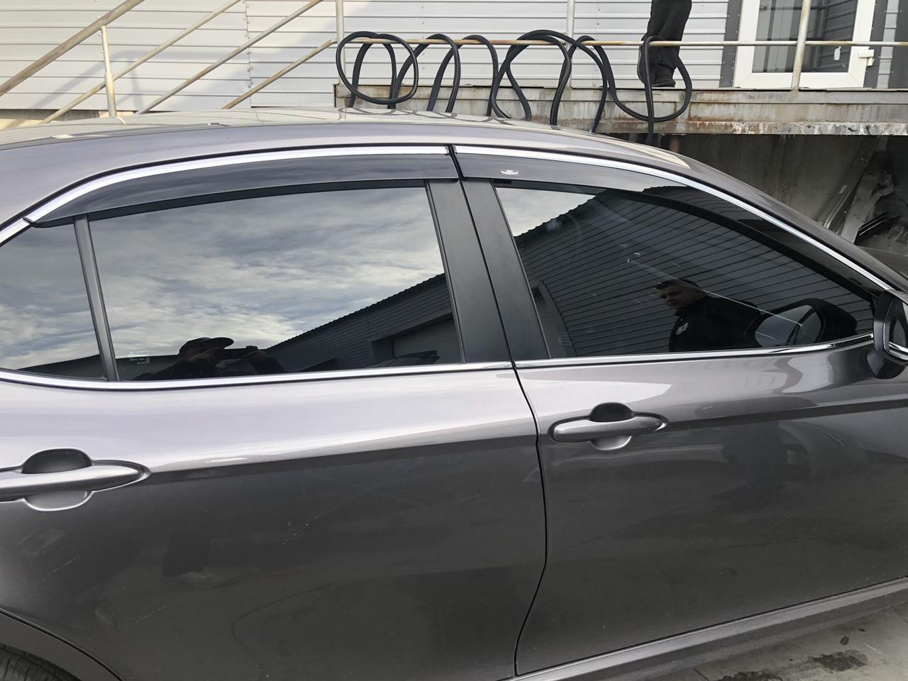 Ветровики с хром молдингом на Тойоту Камри 70 с 2018 Хик