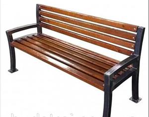 Уличная скамейка садово-парковая Шарлота деревянная 1,8 м на металлических ножках с подлокотниками