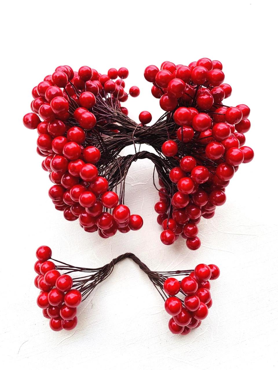 Декоративная красная ягода ( глянец)