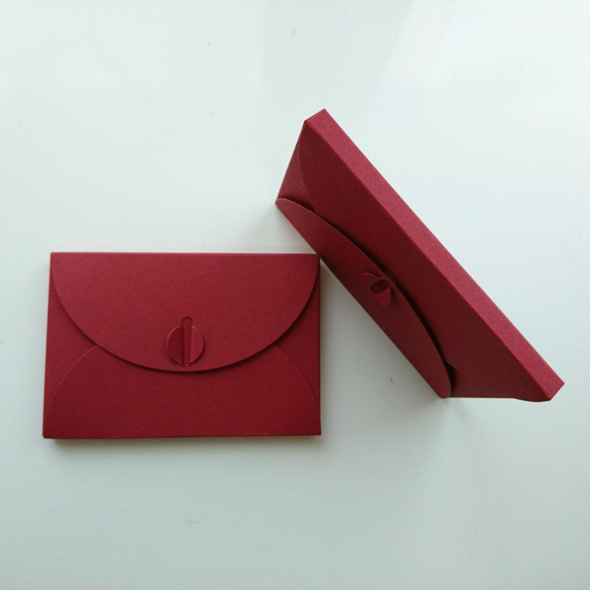 Подарочный конверт из эко крафт-картона 80х120х8 мм + ПОДАРОК (на 200 шт конвертов) Бордовый