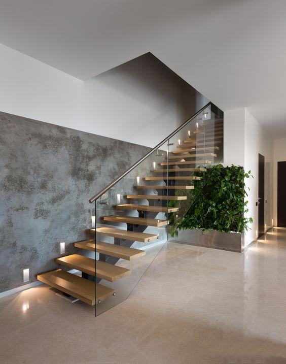 Прямая деревянная лестница на второй этаж