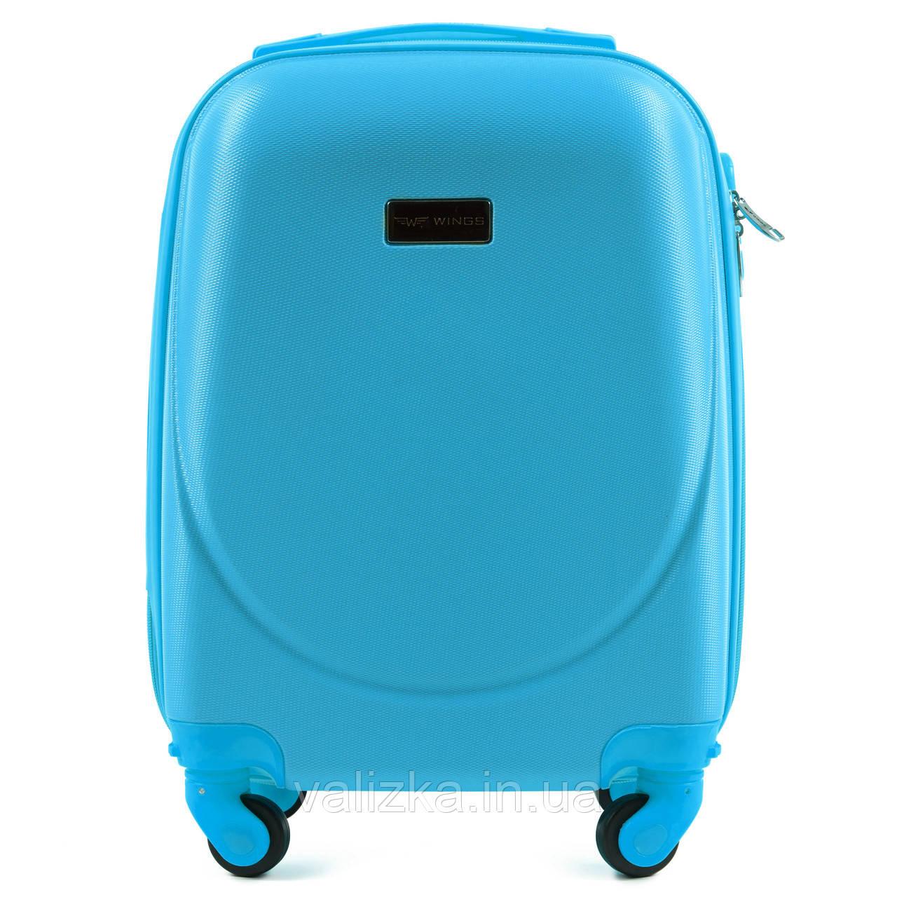 Пластиковый чемодан для ручной клади голубой с фурнитурой в цвет