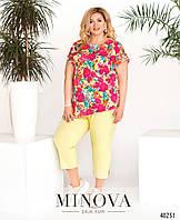 Яркий летний брючный костюм, блуза с цветочным принтом, с асимметричным подолом с 50 по 64 размер