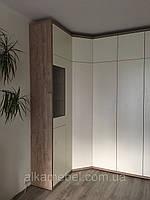 Угловой шкаф с распашными дверями без ручек blum