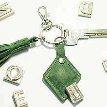 Брелок-кисточка для ключей с карабином из натуральной кожи (именной)