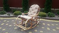 Плетеная кресло-качалка из лозы в наборе из мягкой  подушкой масляного цвета, фото 1