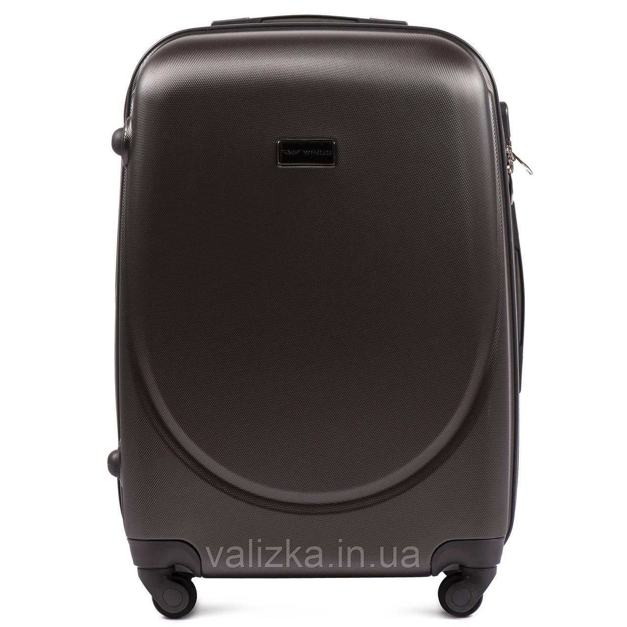 Средний пластиковый чемодан с фурнитурой в цвет темно-серый