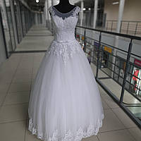 Белое пышное фатиновое свадебное платье с закрытой спинкой на пуговках и с кружевом по низу юбки