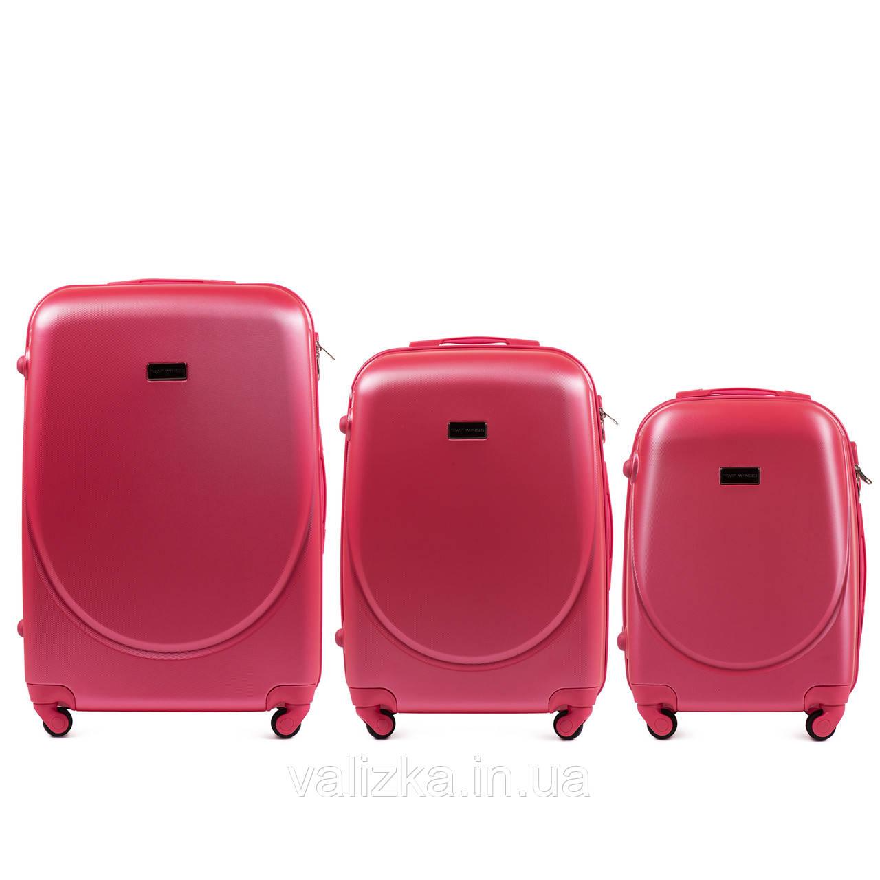 Комплект пластиковых чемоданов 3 шт:  малый, средний, большой с фурнитурой в цвет красные