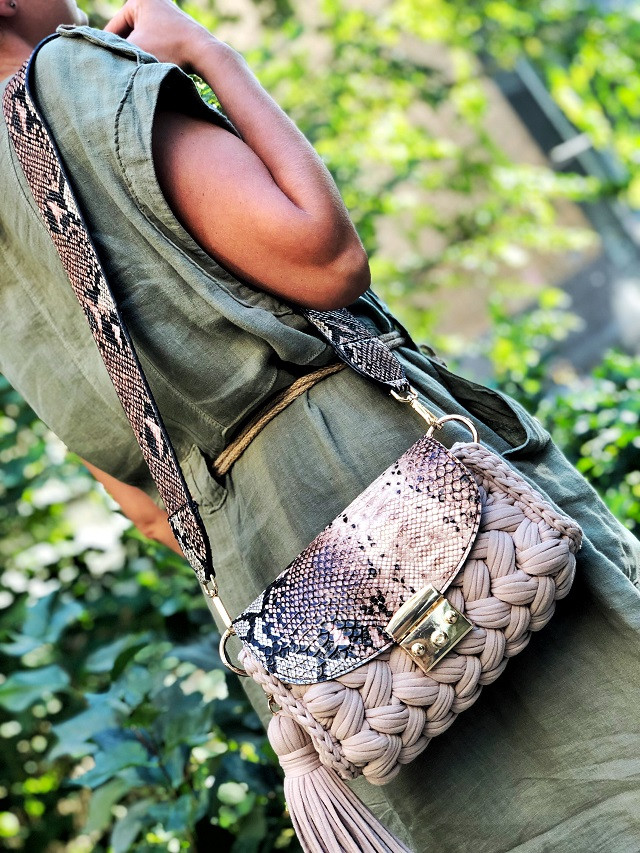 Сумка с карманом Карамель из трикотажной пряжи Бобилон. Готовые изделия ручной работы