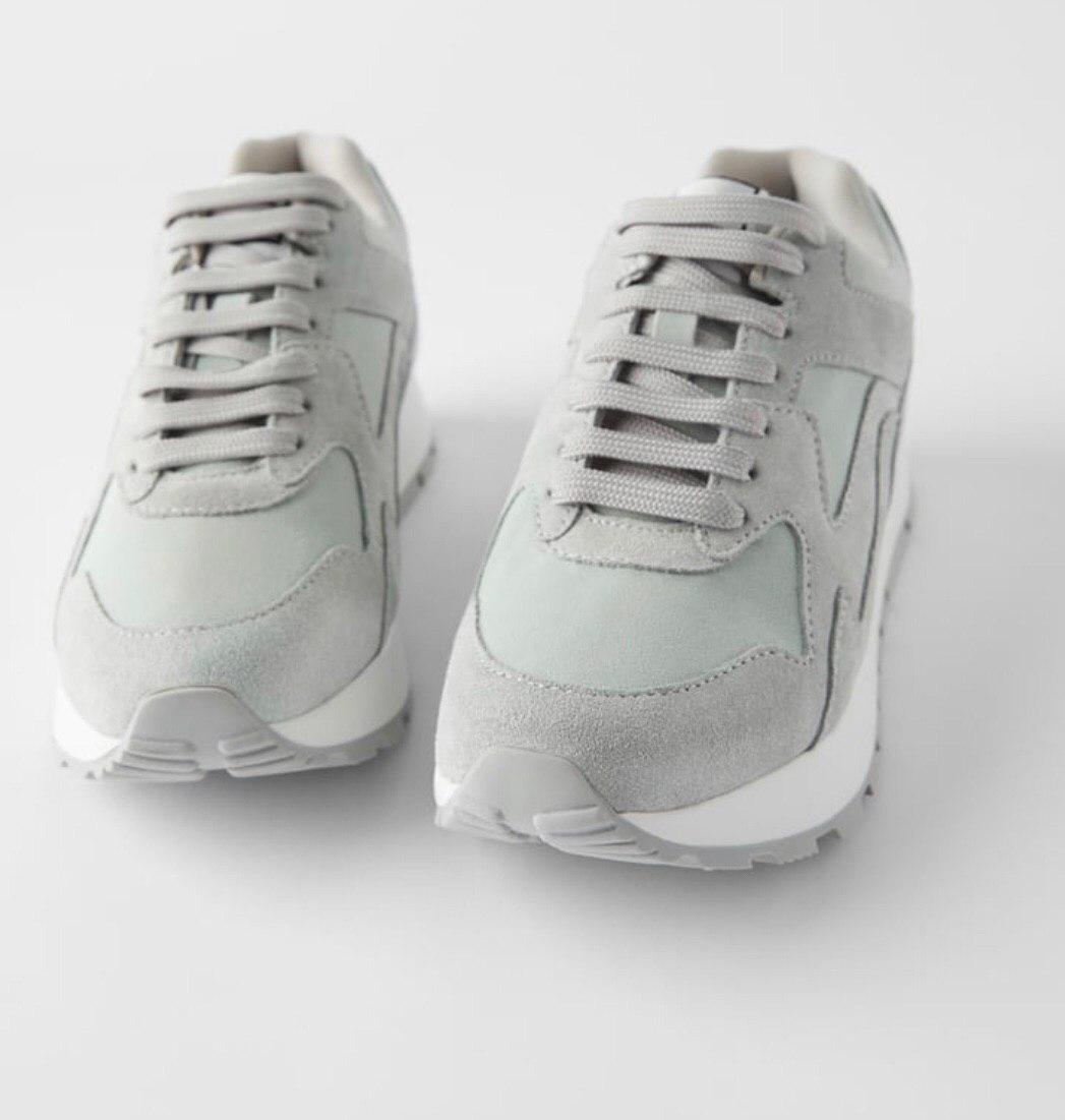 Серые замшевые кроссовки ZARA со шнуровкой. Серебристая деталь с металлическим блеском на заднике.