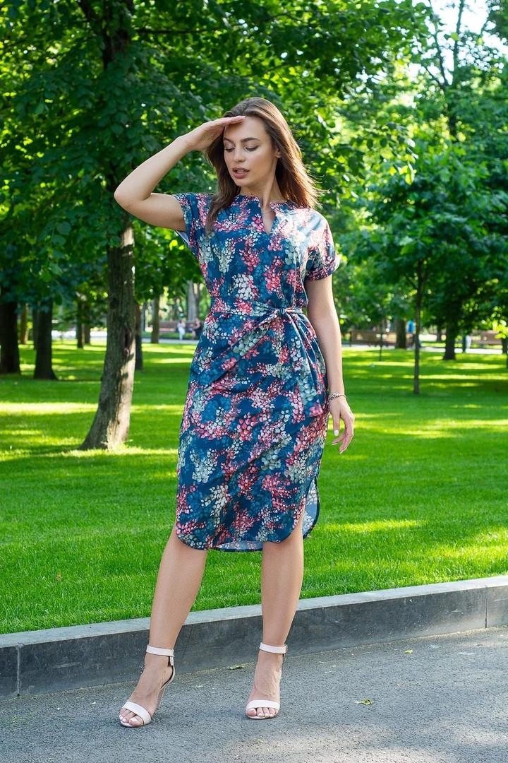 Платье летнее свободное с поясом ниже колена декольте капля красные листья на синем