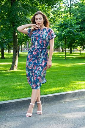 Платье летнее свободное с поясом ниже колена декольте капля красные листья на синем, фото 2