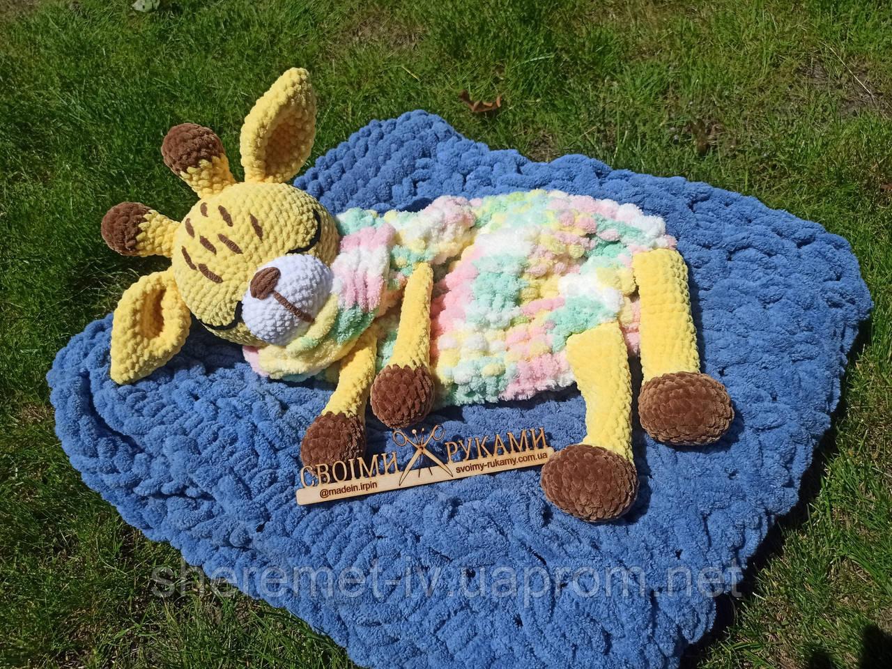 Мягкая вязаная  игрушка ручной работы пижамница жираф ручной работы