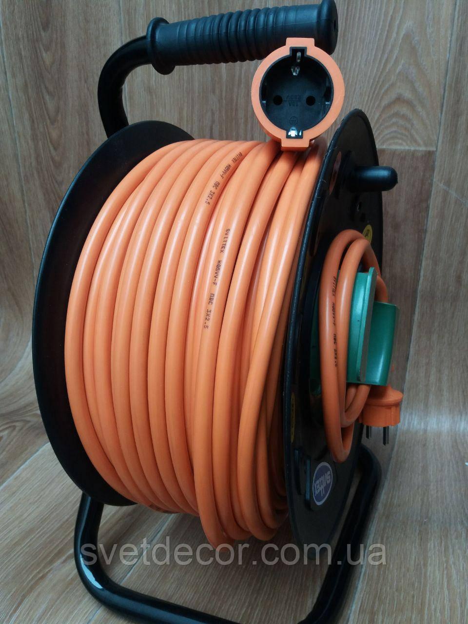 Удлинитель на катушке Svittex 50м с сечением провода 3х2,5 мм² выносной розеткой и заземлением