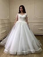 Пышное свадебное платье со шлейфом и расшитым кружевом