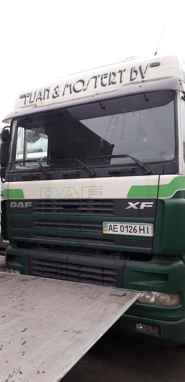 Замена лобового стекла триплекс на грузовике DAF XF 95 в Днепре.