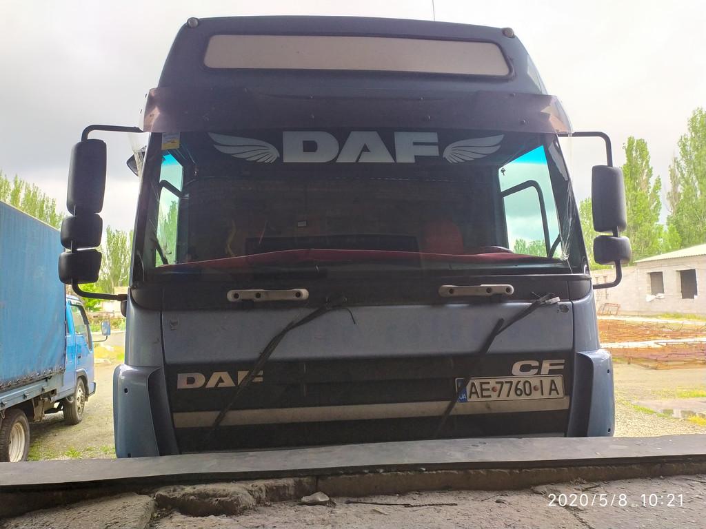 Производство и замена лобового стекла триплекс на грузовике DAF CF 85 с надписью в Никополе (Украина).
