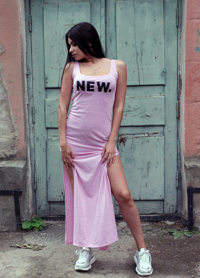 Розовое летнее платье в пол с разрезами