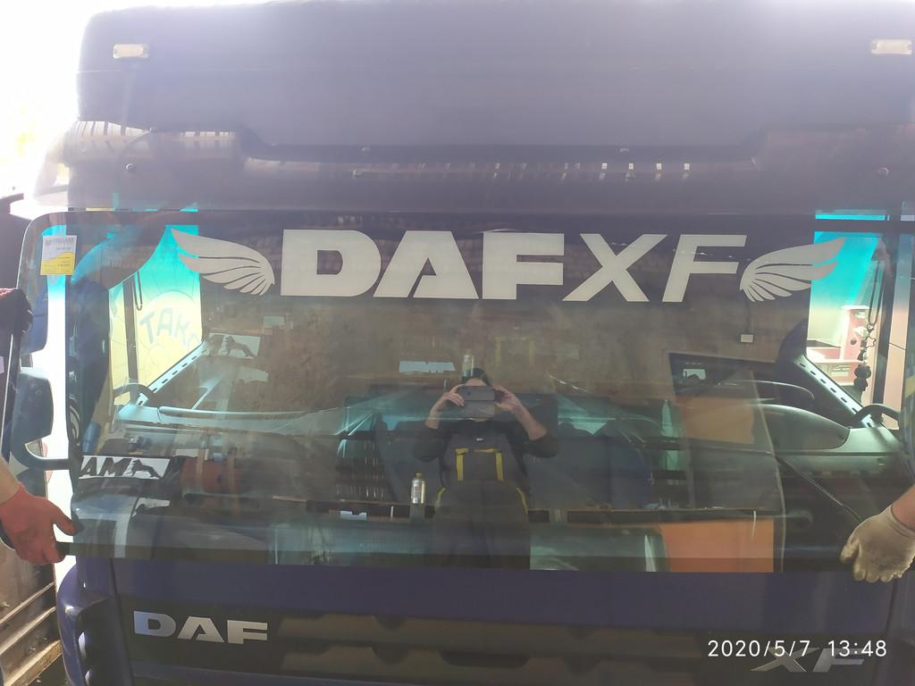 Производство и замена лобового стекла триплекс на грузовике DAF XF 105 в Никополе (Украина).