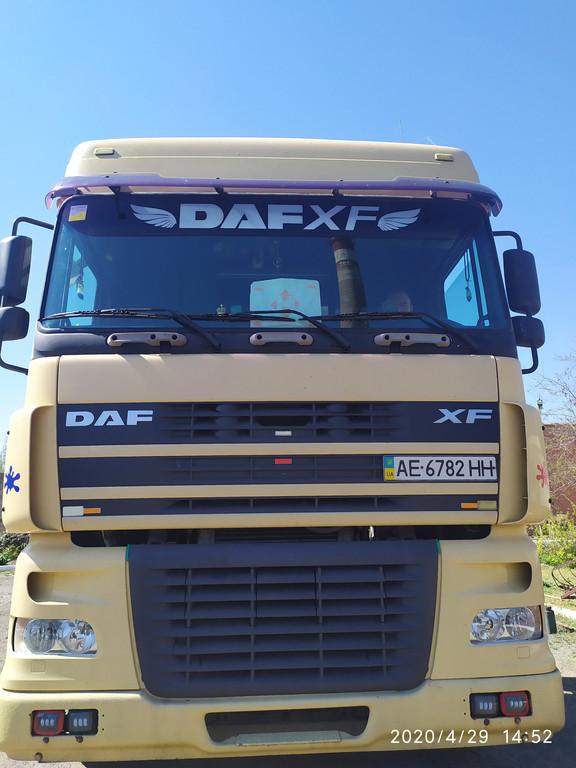 Производство и замена лобового стекла триплекс на грузовике DAF XF 95 с надписью в Никополе (Украина).