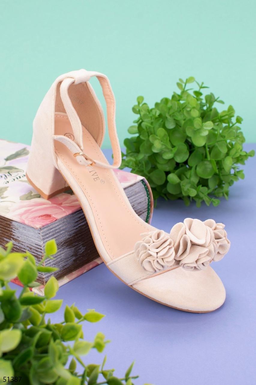 Женские босоножки бежевые с декором на каблуке 5,5 см эко-замш