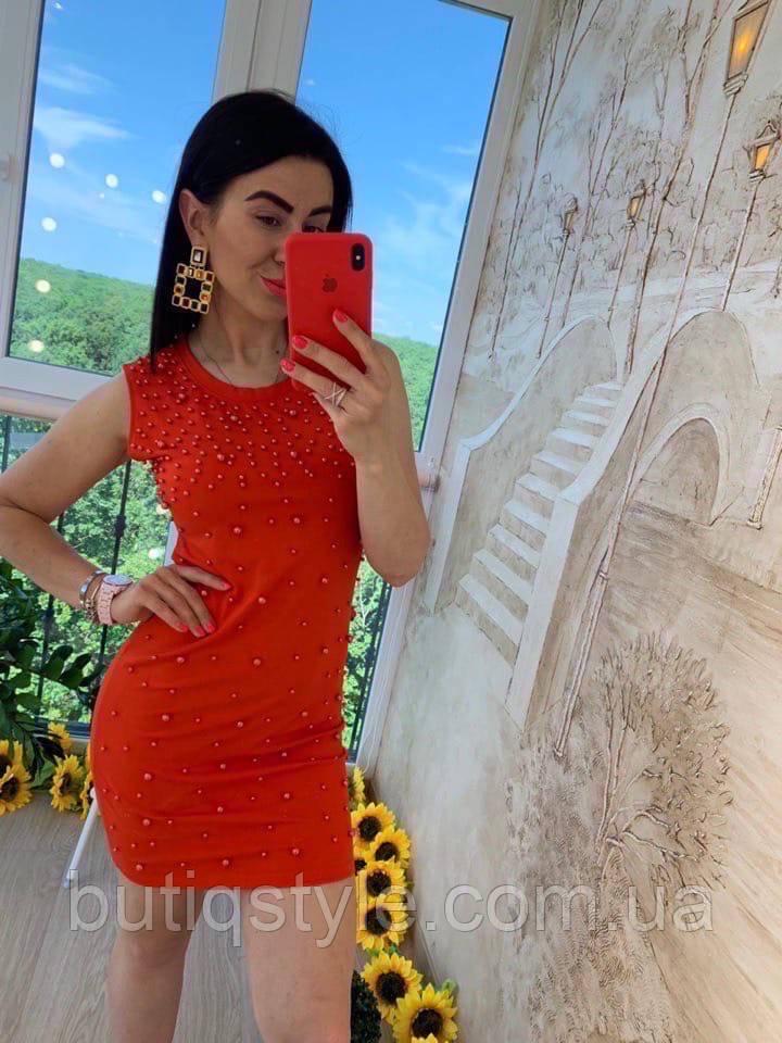 Красное женское  платье с жемчугом