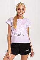 Летняя молодежная женская футболка с нежным принтом на груди лавандовая