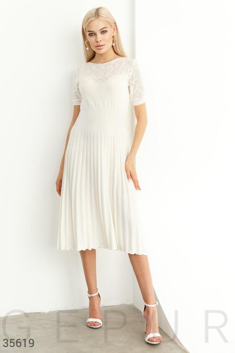 Легкое вязаное платье миди из трикотажа белое