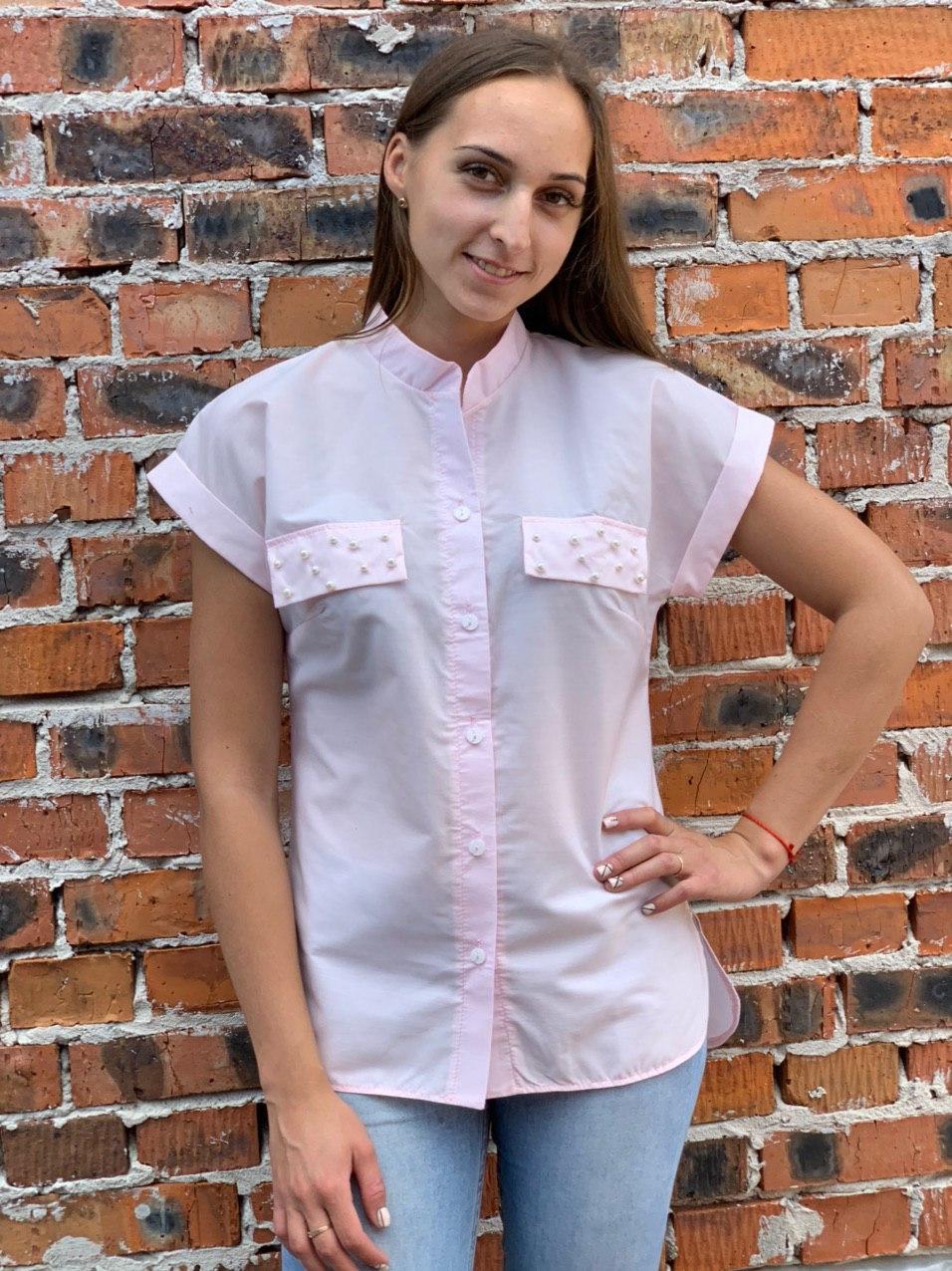 Рубашка с жемчугом с коротким рукавом.