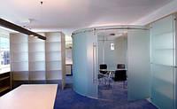 Матовая радиусная перегородка с раздвижными дверями системы Манет