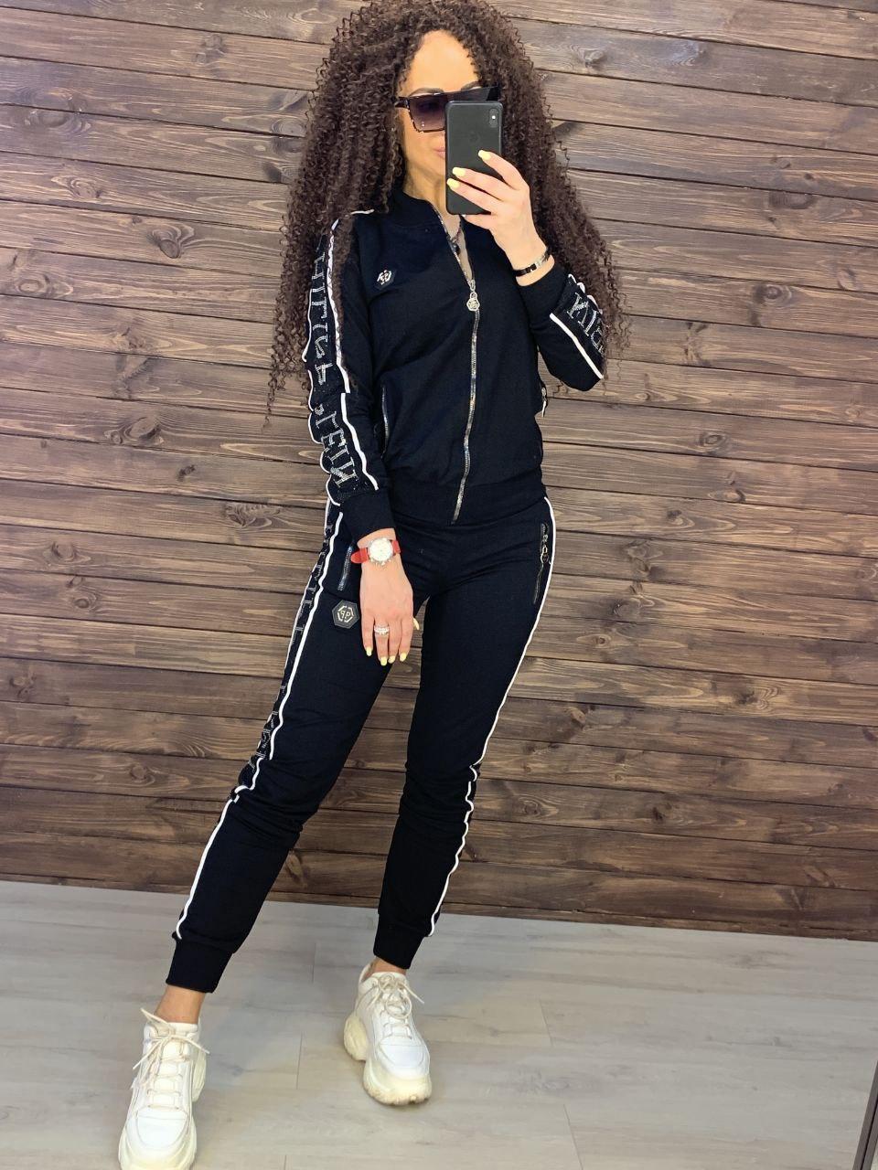 Черный женский спортивные костюм с надписями на лампасах 76so983