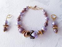 Позолоченная бижутерия сиреневые  браслет и сережки висюльки с хлопковым жемчугом, чешским хрусталем