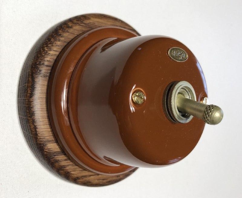 Выключатель тумблерный  одноклавишный  коричневый, фурнитура металл, бронза.