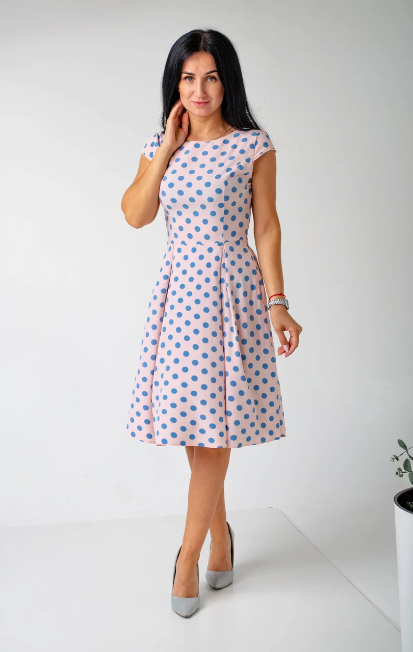 Розовое женское платье в горошек