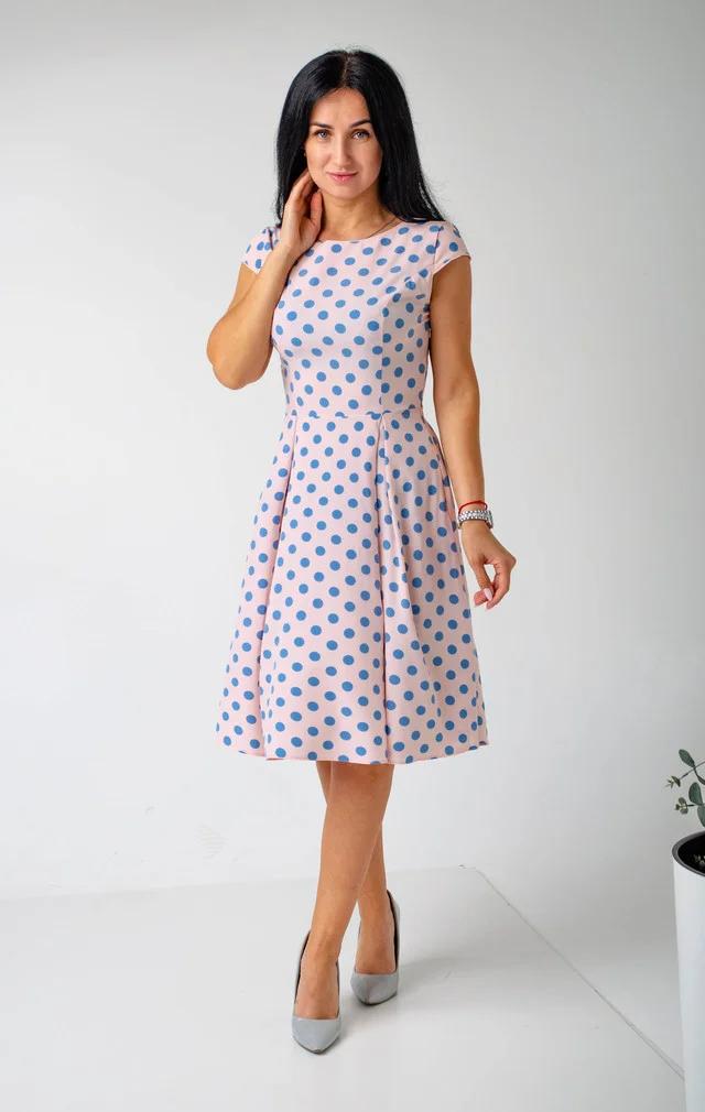 Женское розовое платье в горошек