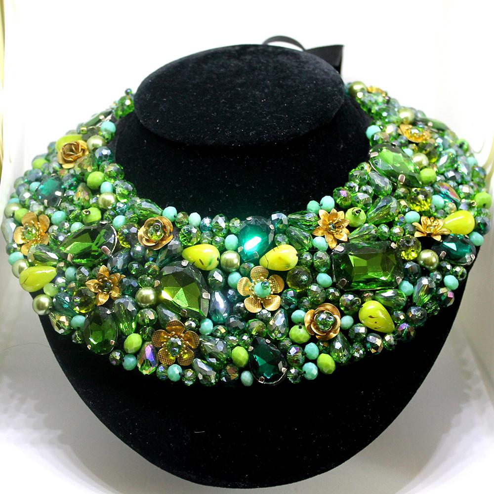 Оригинальный стильный воротник декорирован камнями