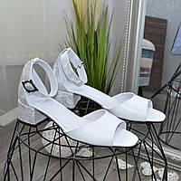 Босоножки женские кожаные на невысоком каблуке, белая кожа/кожа питон