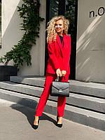 Деловой женский костюм модель 2020 с удлиненным пиджаком и брюками с высокой посадкой