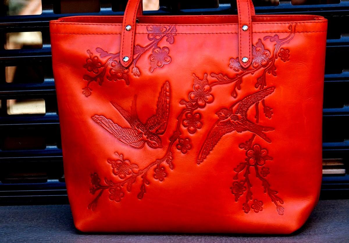 Кожаная женская сумка шоппер с разным узором Цветы Солнце Стрекоза Птицы Ласточки Подсолнухи Петриковка Крылья