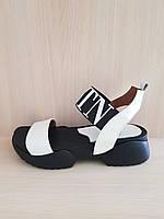 Стильные кожаные босоножки белового цвета Valentino. Турция