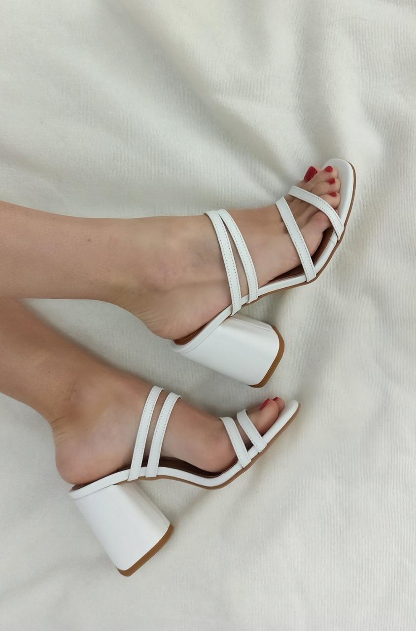 Шлепанцы на расклешенном каблуке, выполнены из натуральной итальянской кожи белого цвета