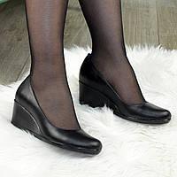 Женские кожаные туфли на невысокой танкетке, цвет черный. 38 размер